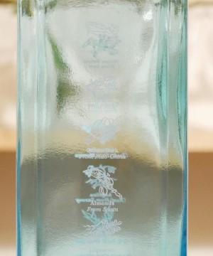 ボンベイサファイアの横から見たボトルの画像。