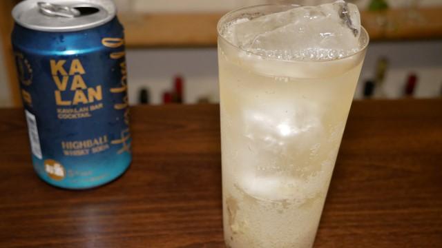 グラスに注いだカバランハイボール缶の画像。