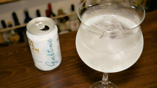 グラスに注いだカバランジントニック缶の画像。