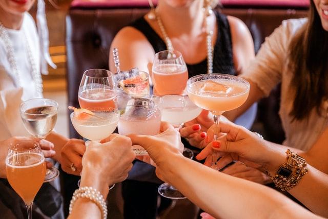 お酒を楽しむイメージ画像。