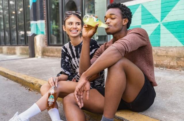 ボンベイサファイアを飲んで楽しむイメージ画像。