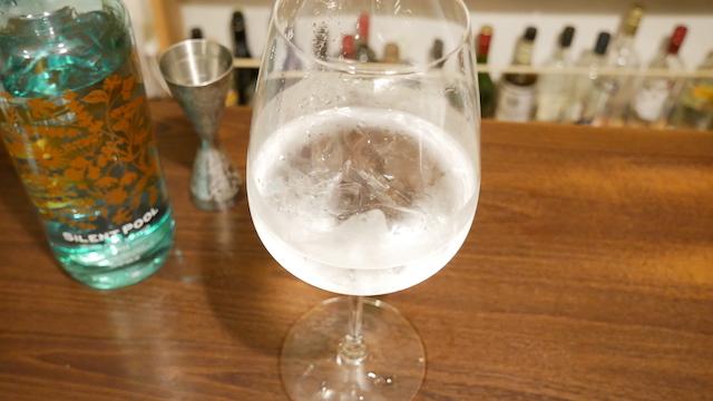 サイレントプールジンの水割りの画像。