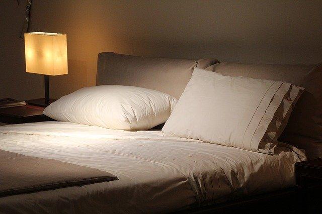 寝る前にお酒を飲むイメージ画像。