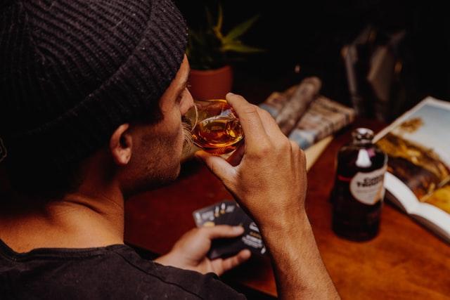 ウィスキーを飲むイメージ画像。