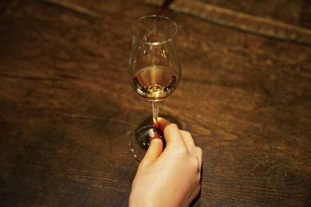 ウィスキーのストレートの画像。