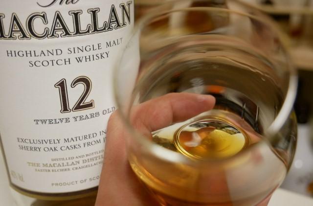 ウィスキーの香りを嗅いでいる画像。