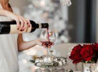 赤ワインを注ぐ画像。