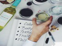 テイスティングノートを書く画像。