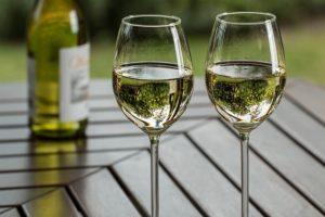 グラスに注がれた白ワインの画像。