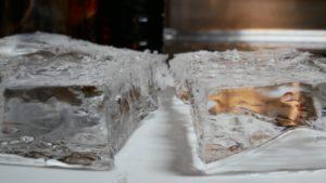 板状の透明な氷。