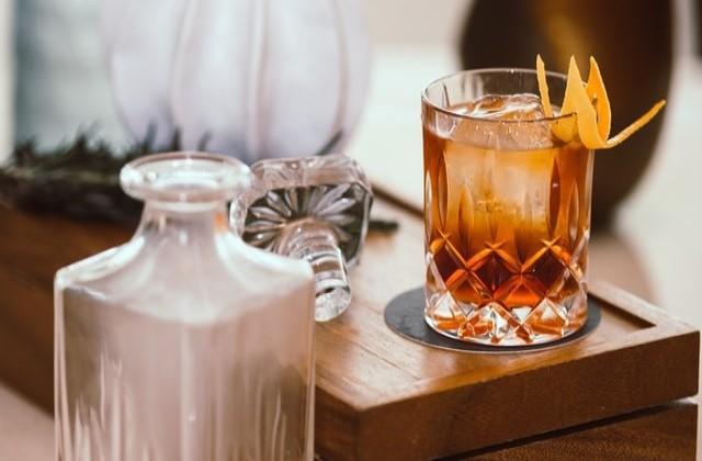 グラスに入ったウィスキーカクテルのイメージ画像。