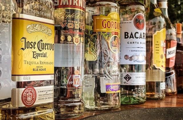 ジン、ウォッカ、ラム、テキーラのボトルの画像。