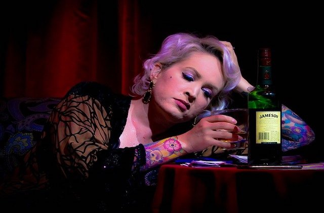 寝酒を飲むイメージ画像。